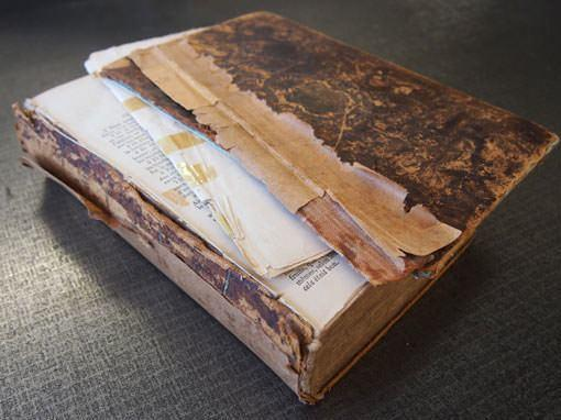 Defekte Bibel vor der Reparatur - Buchbinderei Papierhandwerk