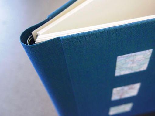 Abschiedsbuch mit Landkarte in Vorderdeckel integriert - Buchbinderei Papierhandwerk