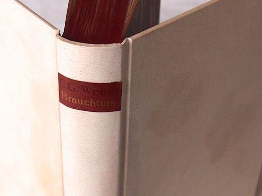 Pergamenteinband mit einem Lederschild - Buchbinderei Papierhandwerk