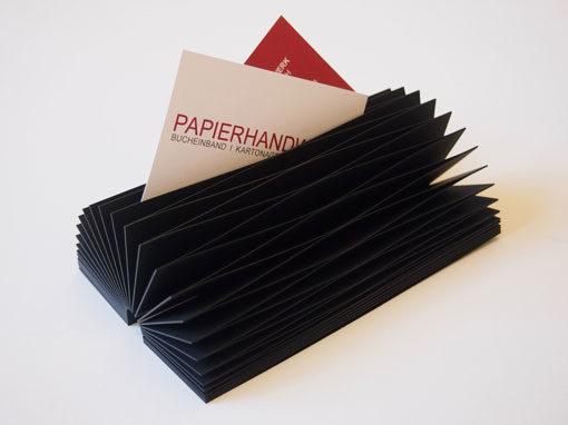 Visitenkartenfaecher in schwarz als Halbrund aufgestellt