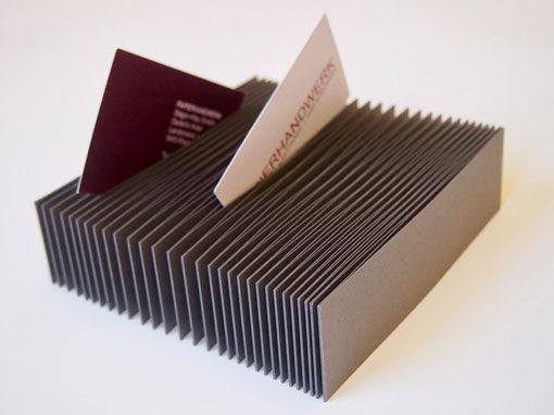 Visitenkartenfaecher mit Visitenkarten eingesteckt als Beispiel